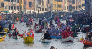 إبحار أول سفينة سياحية في البندقية يثير أزمة بإيطاليا بعد توقف 17 شهراً