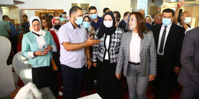 """وزيرة التضامن ومحافظ دمياط يفتتحان معرض """"ديارنا"""" للأثاث والمفروشات"""