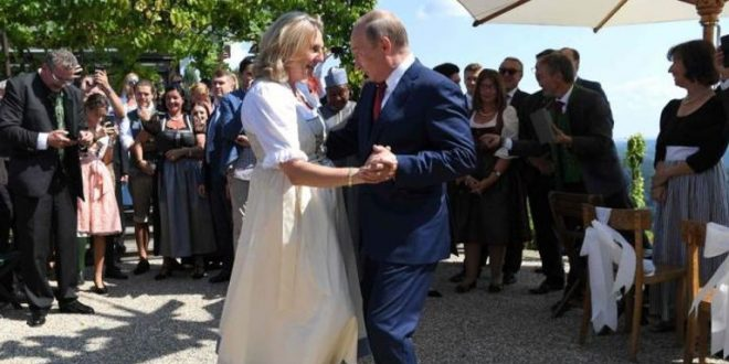 بوتين رقص معها فى حفل الزفاف .. وزيرة خارجية النمسا السابقة تدخل الكرملين