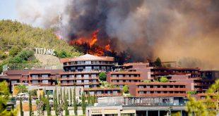 حرائق تركيا تغلق الطريق الساحلي والنيران تهاجم السياح وإخلاء منشآت فندقية