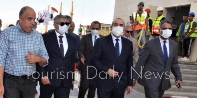 وزير الطيران المدنى ينفقد مقر الوزارة بالحى الحكومى بالعاصمة الجديدة