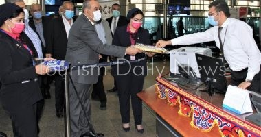 وزير الطيران يفاجئ العاملين بمني 3 بالمطار ويطمئن على حركة السفر والوصول