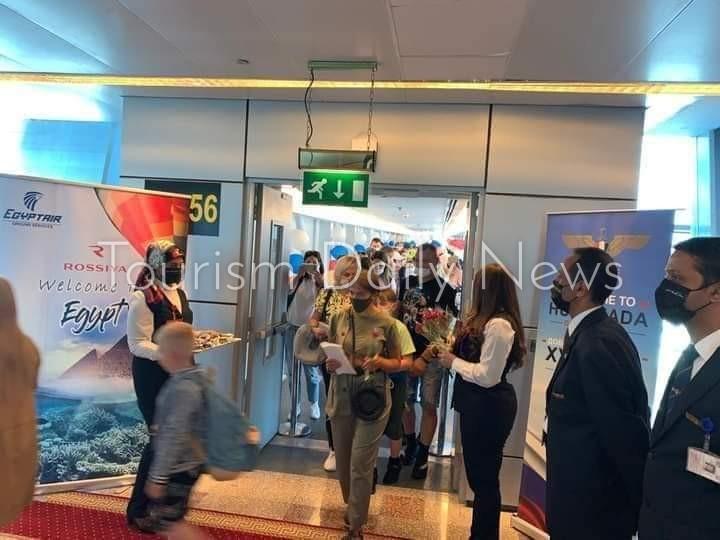 شيكولاتة وورود في إستقبال السائحين الروس بمطار الغردقة .. صور1