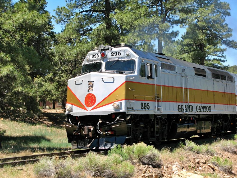"""يغادر القطار، يوميًّا من """"ويليامز"""" بولاية """"أريزونا""""، وصولًا إلى """"منتزّه جراند كانيون الوطني""""، ويمرّ بمواقع طبيعيّة"""