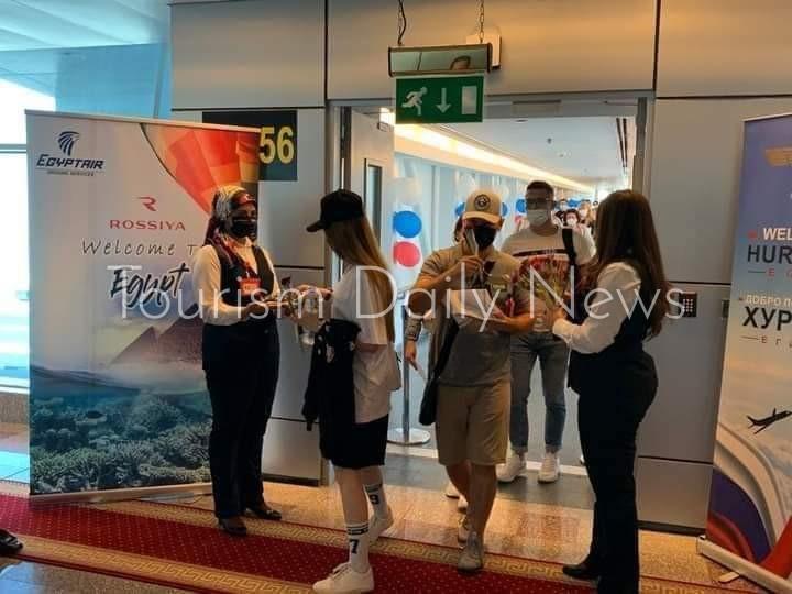 شيكولاتة وورود في إستقبال السائحين الروس بمطار الغردقة .. صور