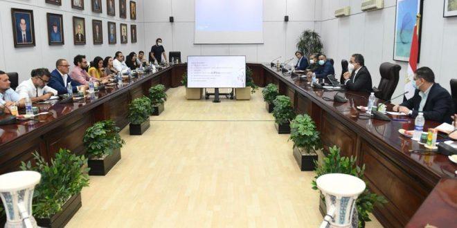 وزير السياحة يناقش آخر مستجدات الأعمال بمشروع كشف طريق المواكب الملكية