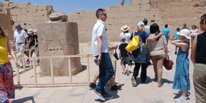 الجعران الفرعوني المقدس يجلب الحظ .. أبرز مقاصد سياح معبد الكرنك المفضلة