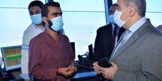 الطيار محمد منار يتفقد برج المراقبة الجوية بمطار القاهرة الدولى ويتابع العمل