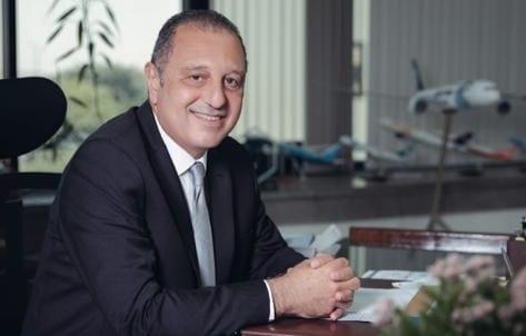 الطيار عمرو أبوالعينين رئيس الشركة القابضة لمصر للطيران