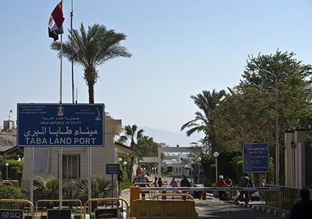 موقع بانيت الاسرائيلي : تعزيز طواقم معبر طابا لتسهيل عودة السياح من طابا