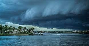 الطيران المدني تحذر من العاصفة شاهين وهياج البحر وإعصار يضرب سلطنة عمان