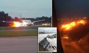النيران تشتعل في طائرة بعد هبوطها الفاشل بأحد مطارات المملكة المتحدة